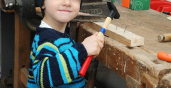 Kleiner Handwerker an der Kinder Werkbank