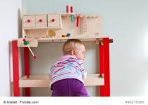 Kleinkind an der Kinder Werkbank